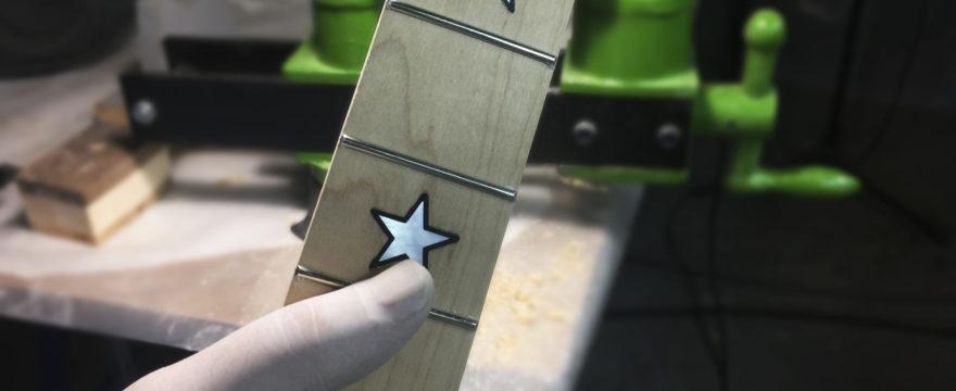 Fresado en el diapasón para instalar una cejuela de bloqueo para Floyd Rose