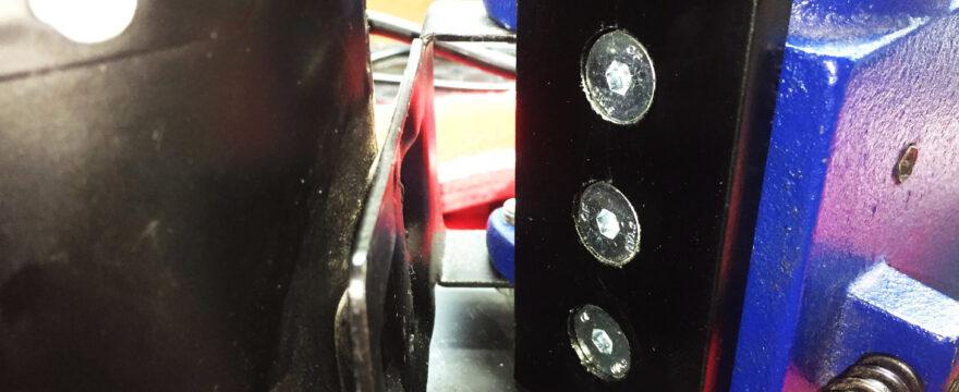 Adaptación de taladro de columna barato para ganar distancia entre el eje del portabrocas y el soporte